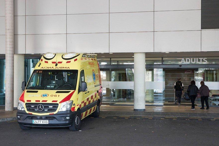 7800375884 une ambulance devant un hopital en espagne illustration