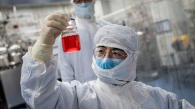 un chercheur examine un flacon contenant des cellules d un singe lors d un test pour un vaccin experimental contre le nouveau coronavirus dans un laboratoire de sinovac biotech a pekin le 29 avril 2020 e1612232971564