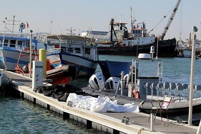 1371098 vingt corps de migrants subsahariens et cinq survivants ont ete repeches au large du port de sfax en tunisie le 24 decembre 2020