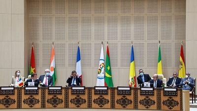 le president francais emmanuel macron 2e a g et ses homologues des pays du g5 sahel lors d un sommet a nouakchott le 30 juin 2020 74555685