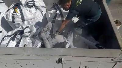 un agent de la garde civile espagnole decouvre un migrant cache dans un conteneur de dechets toxiques a melilla le 19 fevrier 2021 photo distribuee par la garde civile le 22 fevrier 2021 45874585